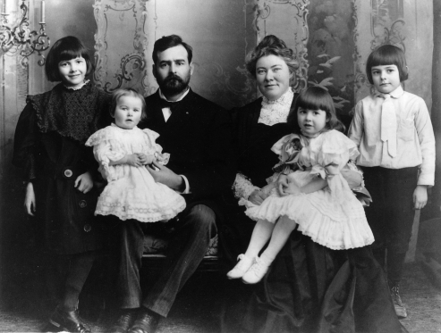 Ernest_Hemingway_with_Family,_1905.png